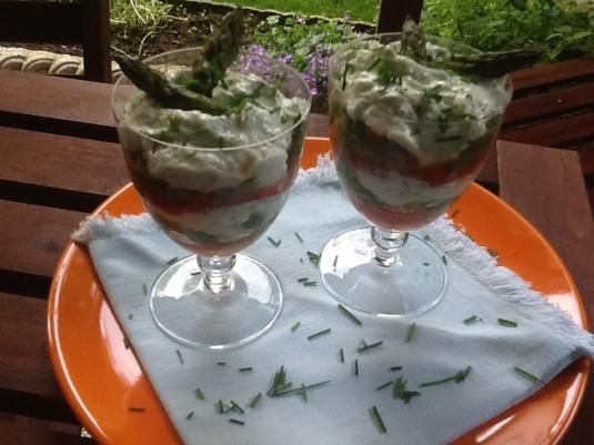 Antipasto fresco con asparagi e peperoni